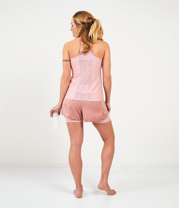 YOY'D_Yara-short-achterkant-vrouwelijk-sportbroekje-met-losvallende-overslag-om-in-te-stralen