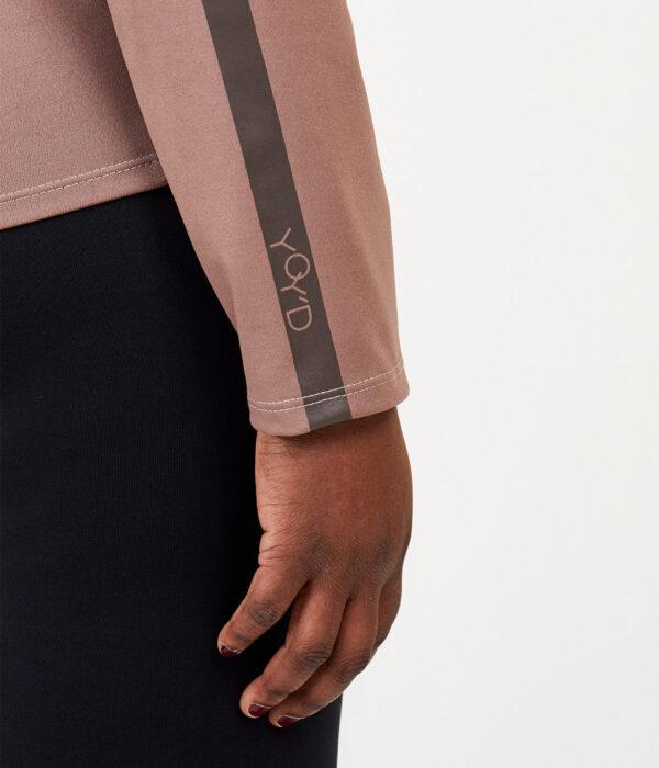 YOY'D_Yasi-long-sleeve-detail-print-mouw-sportieve-v-hals-sweater-in-soepele-stof